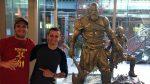Brasileiro que trabalha em God of War divulga fotos de estátua em tamanho real de Kratos e Atreus