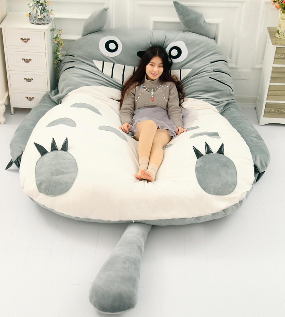Relaxe nesta linda e confortável cama em formato de Totoro!