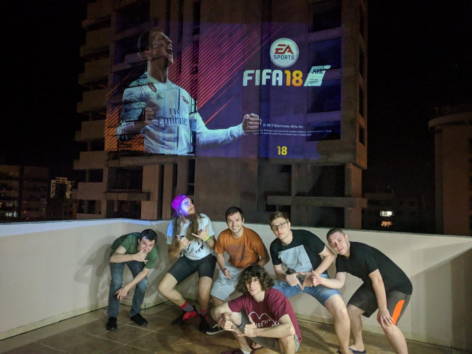 Churrasco e FIFA: gamers projetam jogo de futebol em um prédio no Paraná