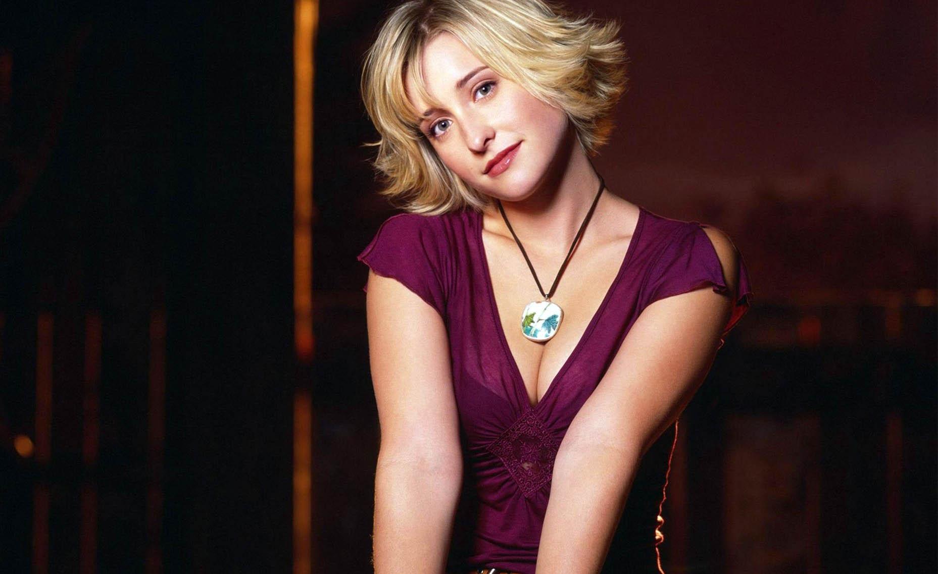 Allison Mack, de Smallville, deixa prisão após pagar fiança de R$ 17 milhões