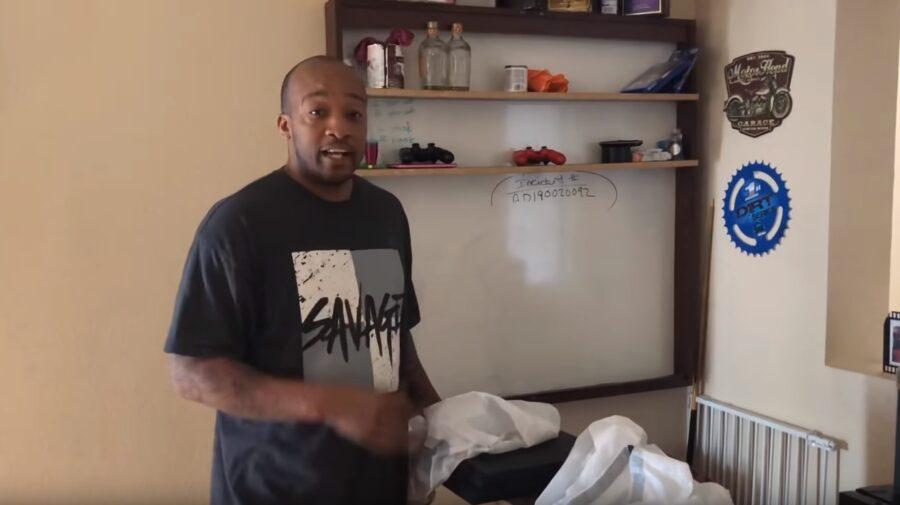 Pai destrói PlayStation 4 de filho por causa de notas ruins na escola