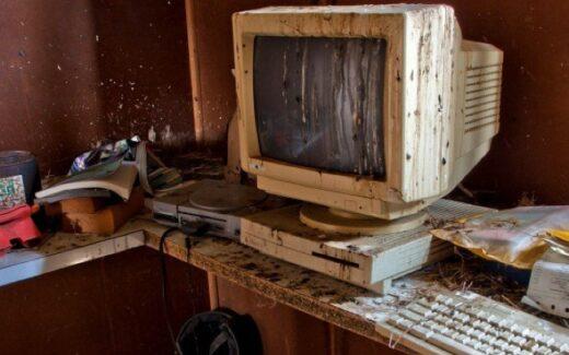 Exploradores urbanos documentam ferramentas digitais esquecidas de outra época.