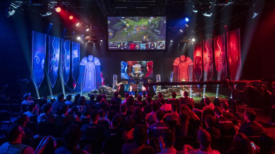 No Brasil, canadense vence campeonato mundial de LoL x1