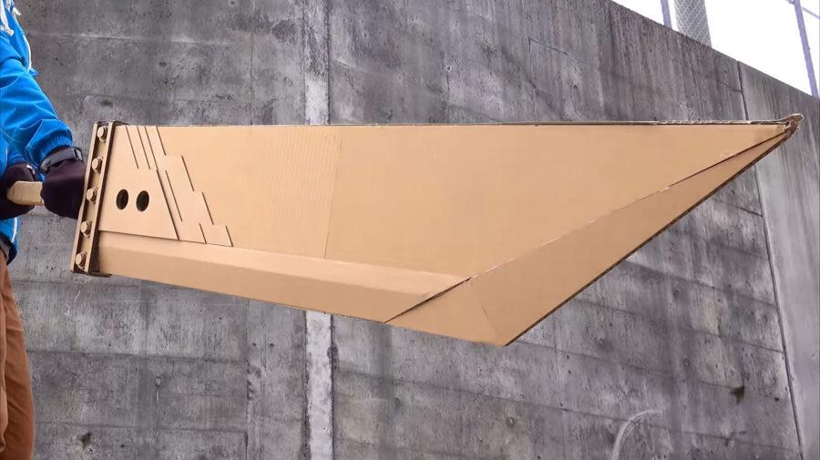 Fã recria versão de papelão da icônica Buster Sword de Cloud